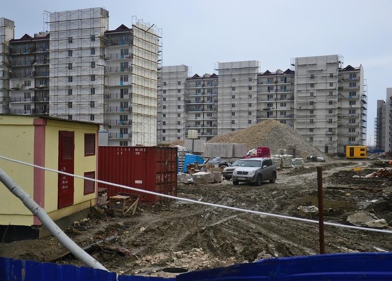 Строительная площадка многоквартирных домов для волонтеров и обслуживающего персонала