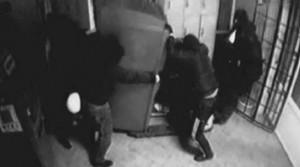 в Пскове ограбили банкомат