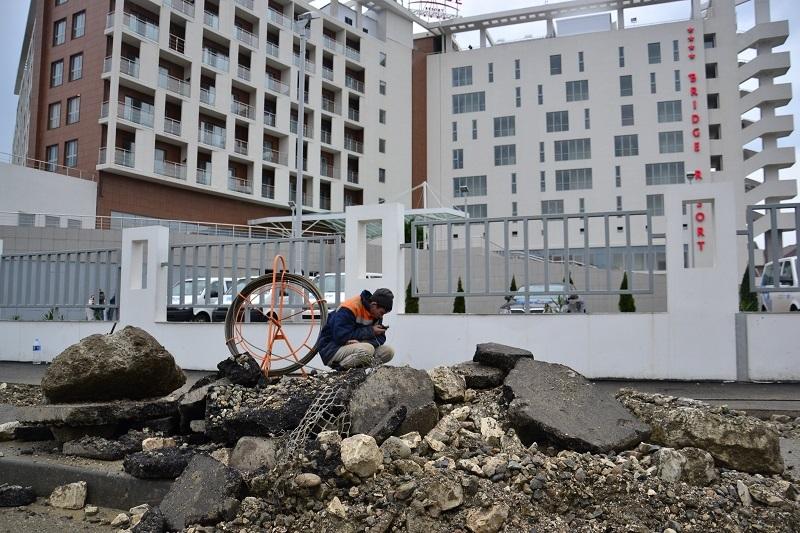 Даже возле четырехзвездочного отеля вскрыт асфальт и ведутся ремонтные работы