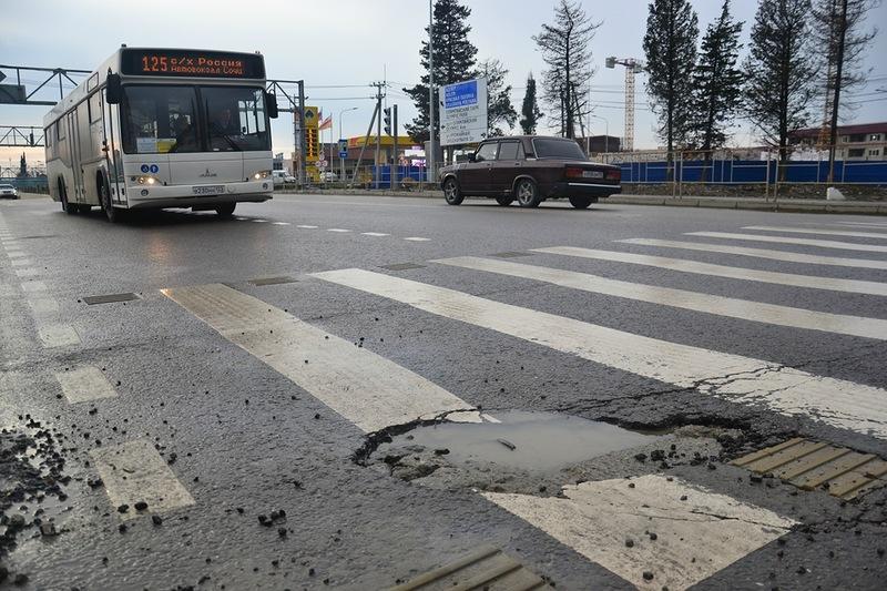 Только положенное дорожное покрытие на территории совхоза «Россия» уже начало разрушаться