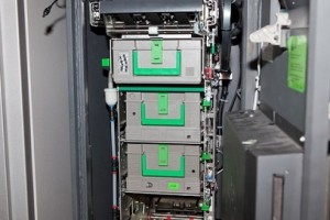 инкасстор вскрыл кассету для банкомата