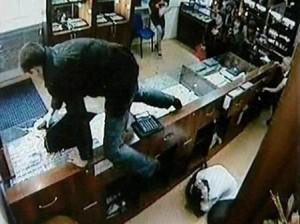 ограбил ювелирный магазин и рассчитался по кредиту
