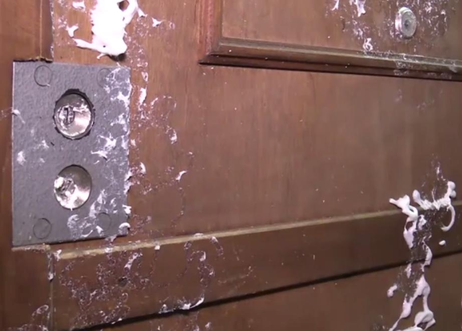 Коллекторы испортили дверь