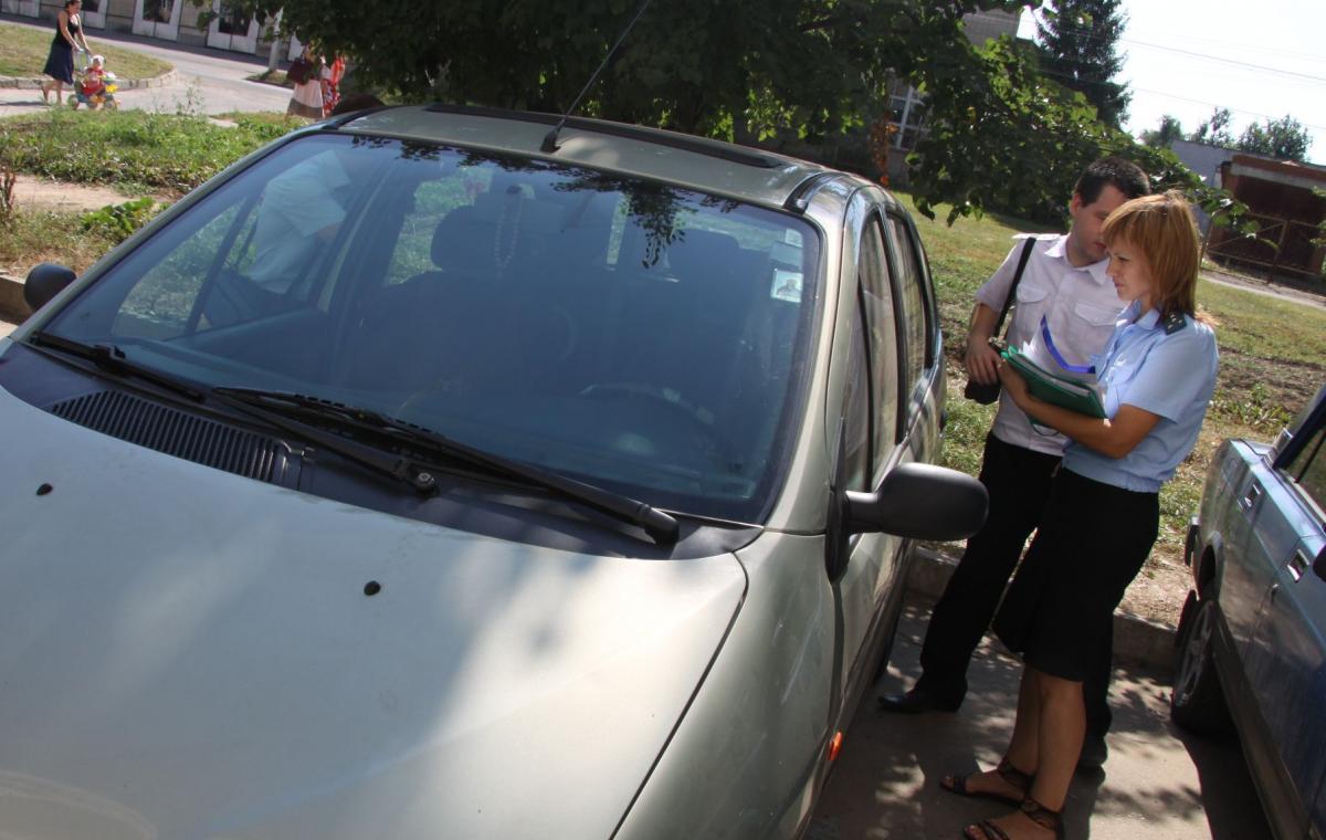 Пристав Оленегорска арестовал авто